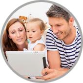 Eltern mit Kind vor PC
